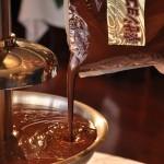 急ぎの場合はチョコレートを湯煎で溶かせば時間短縮できます